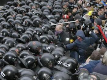 5692547-starcia-demonstrantow-z-funkcjonariuszami-643-482