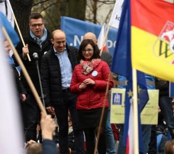 z19756480Q,Borys-Budka-i-Kamila-Gasiuk-Pihowicz-na-manifestac