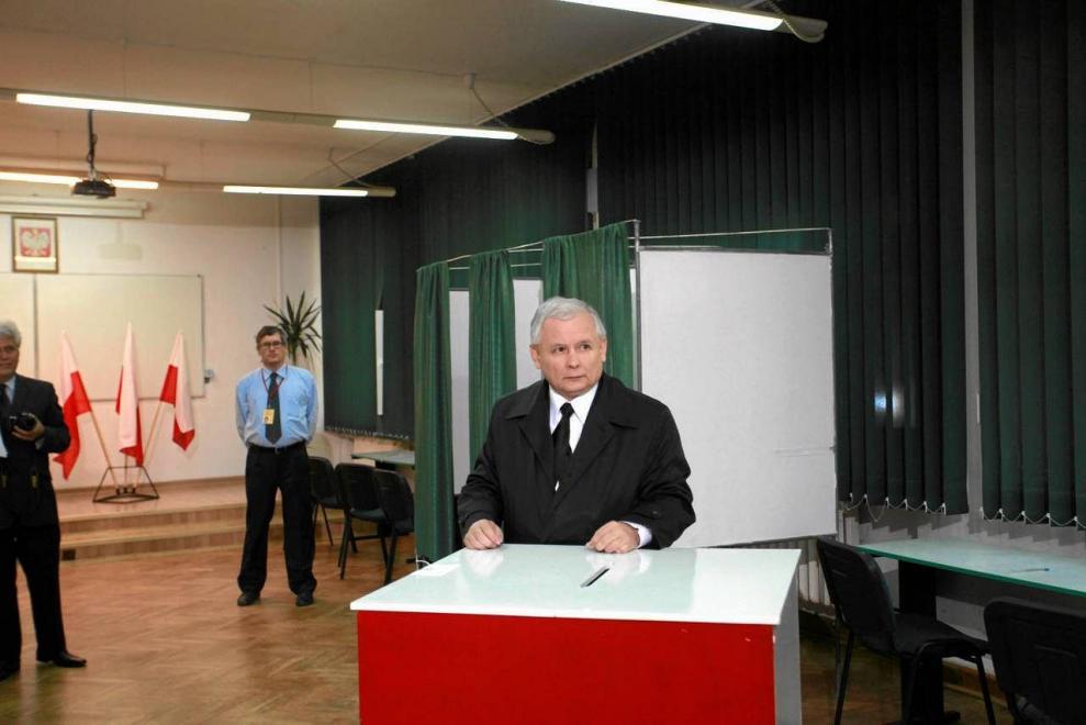 z10437070IER,Jaroslaw-Kaczynski-glosuje-w-wyborach--2011-rok